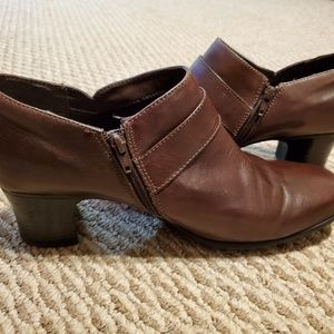 Gently used Clarks leather low boot/shoe sz 9.5